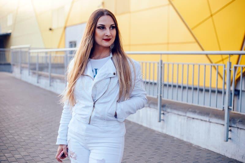 Mooie vrouw in witte kleren met prachtige make-up stock afbeeldingen