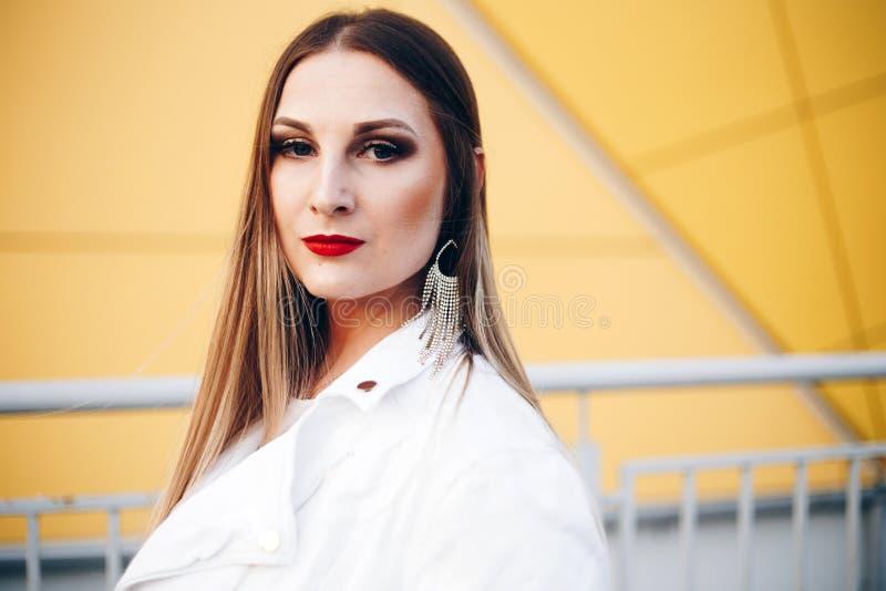 Mooie vrouw in witte kleren met prachtige make-up royalty-vrije stock foto's