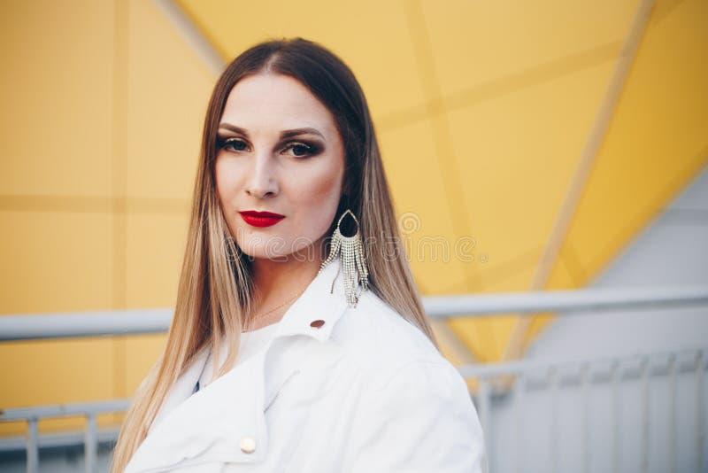 Mooie vrouw in witte kleren met prachtige make-up stock afbeelding