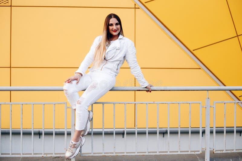 Mooie vrouw in witte kleren met prachtige make-up royalty-vrije stock afbeelding
