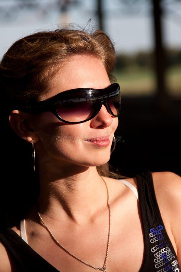 Mooie vrouw in zonnebril stock foto