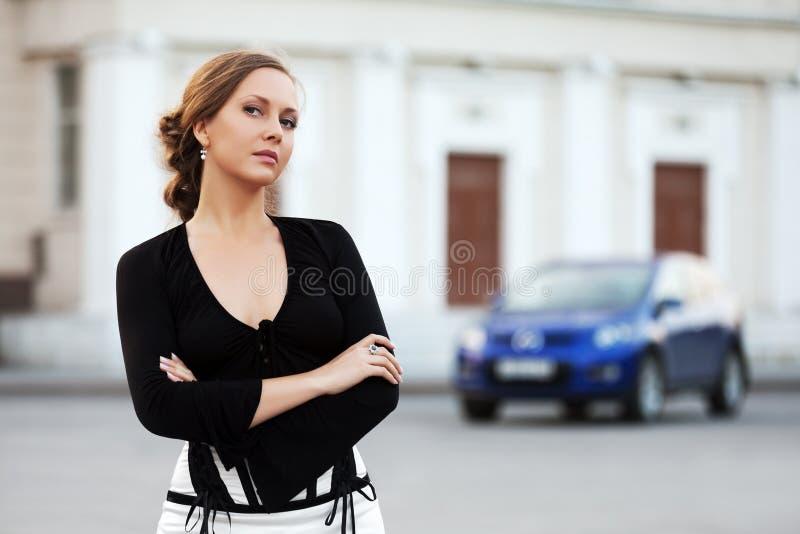 Mooie vrouw in zwarte op de stadsstraat royalty-vrije stock fotografie