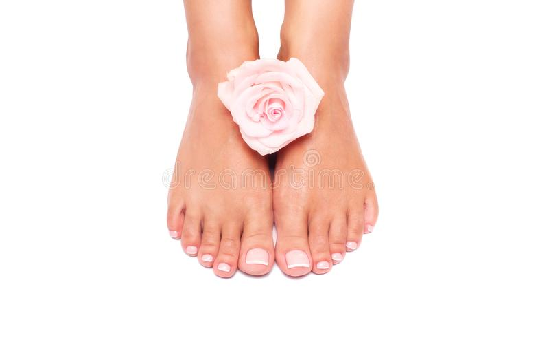 Mooie vrouwelijke benen en voeten op een witte achtergrond stock foto