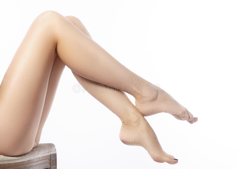 Mooie vrouwelijke benen na ontharing Gezondheidszorg, voetzorg, rutinebehandeling Kuuroord en epilation stock afbeeldingen