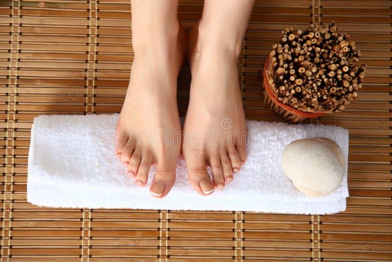 Mooie vrouwelijke benen op handdoek, houten vloerachtergrond royalty-vrije stock afbeeldingen
