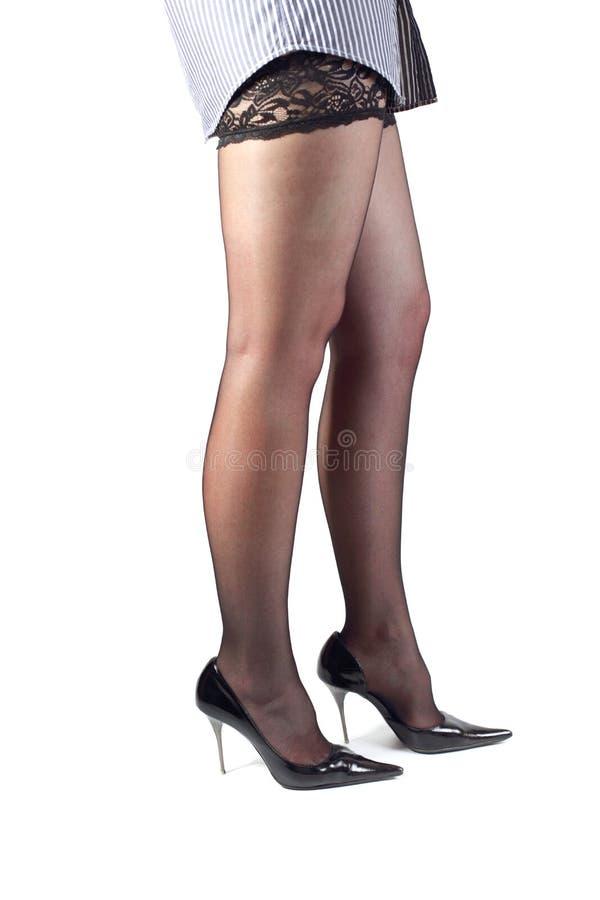 Mooie vrouwelijke benen in zwarte kousen. stock afbeelding