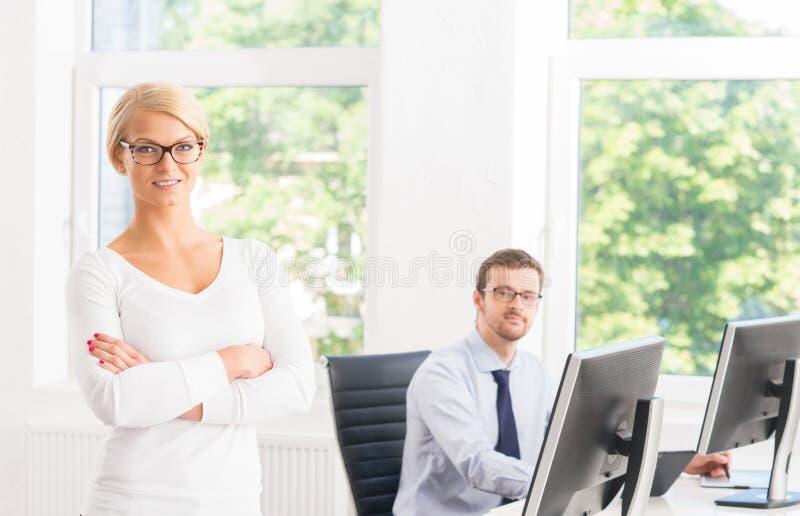 Mooie vrouwelijke ceo die alles houden onder controle in het bureau stock foto