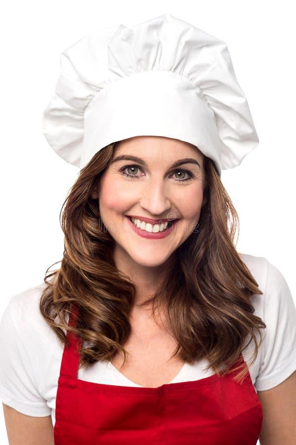 Mooie vrouwelijke chef-kok over wit stock fotografie