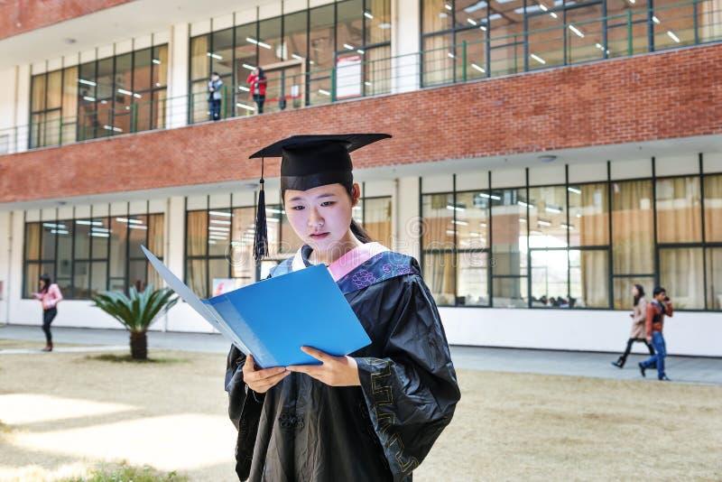 Mooie vrouwelijke gediplomeerde in de school royalty-vrije stock foto