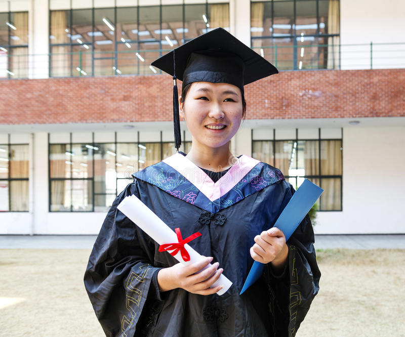 Mooie vrouwelijke gediplomeerde in de school royalty-vrije stock fotografie
