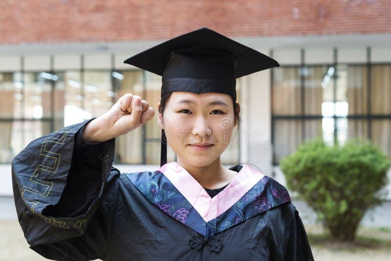 Mooie vrouwelijke gediplomeerde in de school stock afbeeldingen