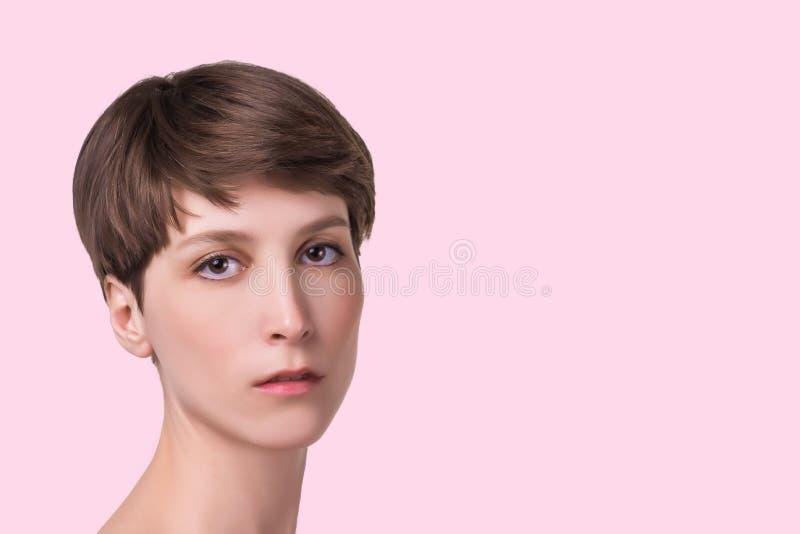Mooie vrouwelijke gezichts dichte omhooggaand portret van jong model bij studio op wit stock afbeeldingen