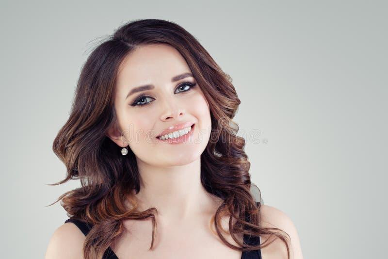 Mooie vrouwelijke gezichtsclose-up Het glimlachen jong vrouwenportret royalty-vrije stock foto