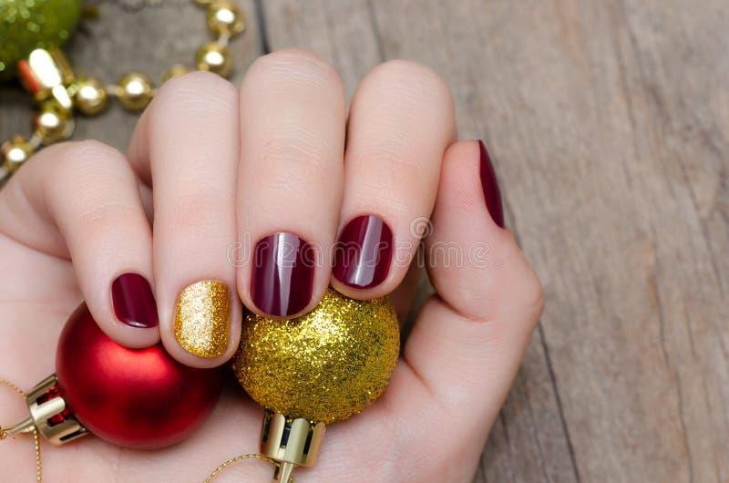 Mooie vrouwelijke hand met het ontwerp van de Kerstmisspijker royalty-vrije stock fotografie