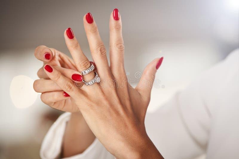 Mooie vrouwelijke handen met rode spijkers royalty-vrije stock fotografie