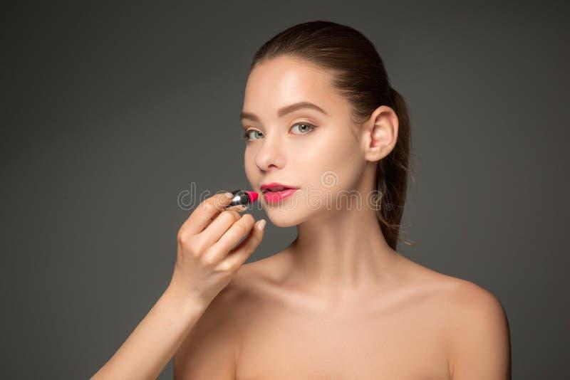 Mooie vrouwelijke lippen met samenstelling en borstel royalty-vrije stock fotografie