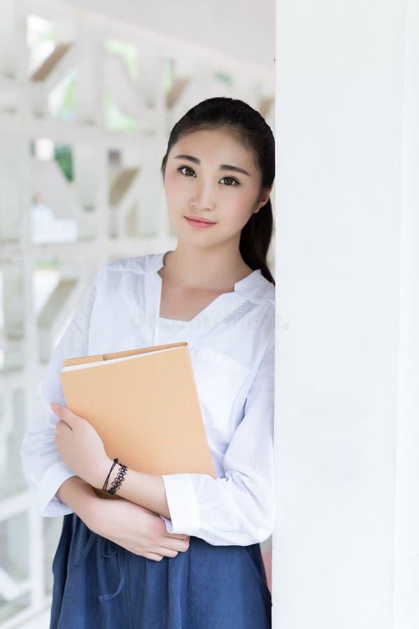 Mooie vrouwelijke studenten in school stock foto's