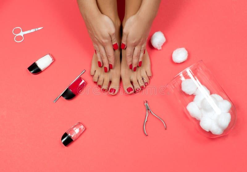 Mooie vrouwelijke voeten en handen bij kuuroordsalon op pedicure en manicureprocedure stock foto's