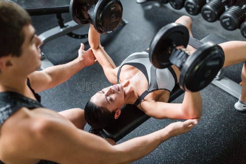 Mooie Vrouwelijke Weightlifter in Opleiding royalty-vrije stock afbeelding