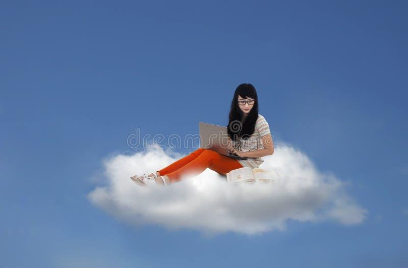 Mooie vrouwelijke zitting met laptop op wolk royalty-vrije illustratie