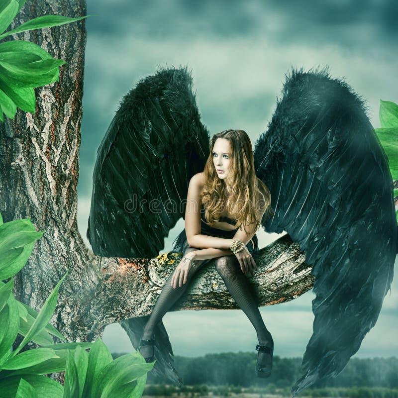 Mooie vrouwelijke zwarte engel stock foto