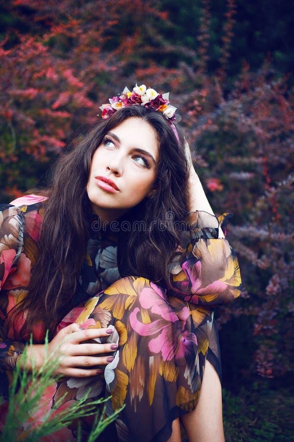 Mooie vrouwen in de tuin royalty-vrije stock afbeeldingen