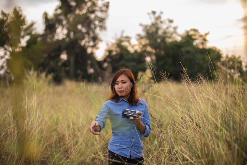 Mooie vrouwen die beelden op de grasgebieden nemen royalty-vrije stock foto's