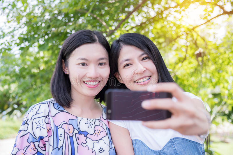 Mooie vrouwen die foto nemen door slimme telefoon stock foto's
