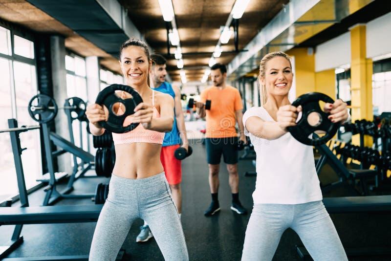 Mooie vrouwen die in gymnastiek samen uitwerken stock fotografie