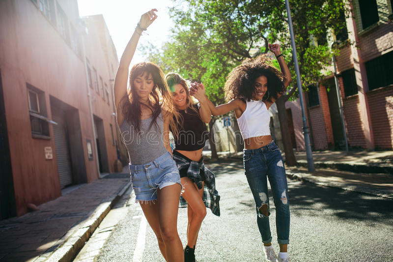 Mooie vrouwen die pret op stadsstraat hebben royalty-vrije stock fotografie