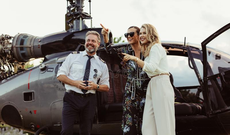 Mooie vrouwen die zich door helikopter met proef bevinden royalty-vrije stock fotografie