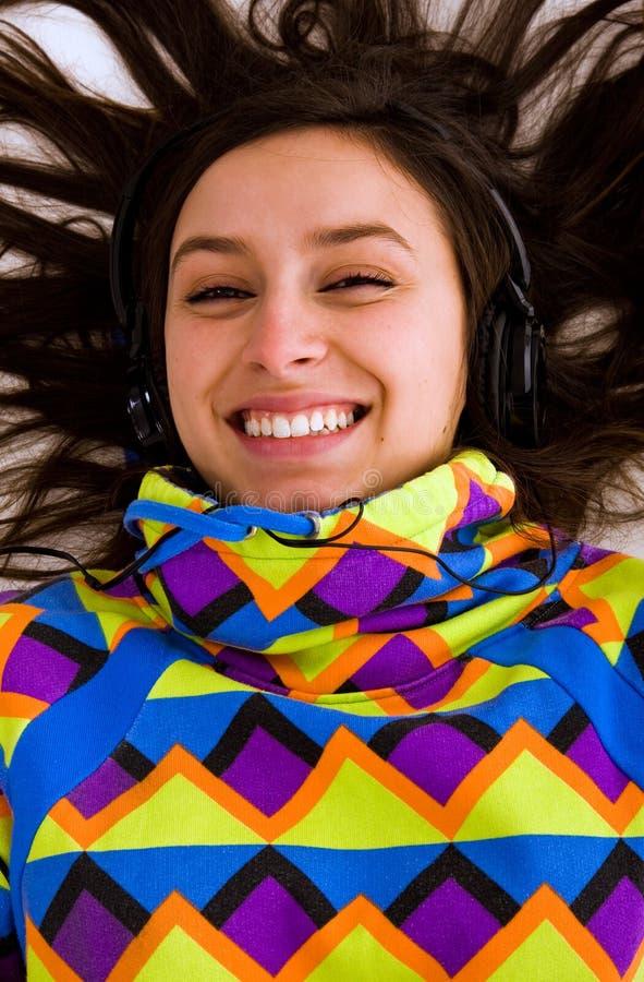 Mooie vrouwen het luisteren muziek stock fotografie