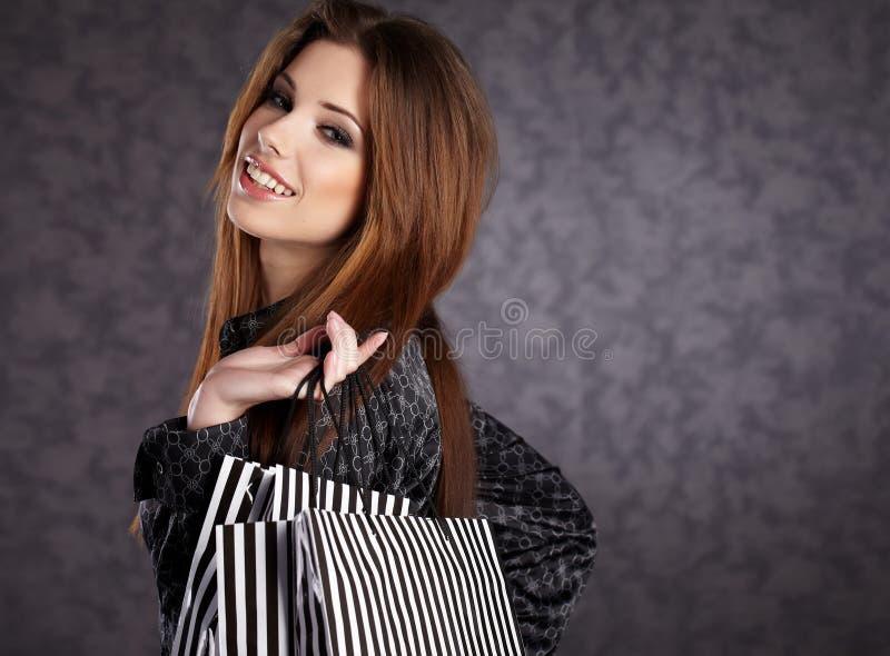 Mooie vrouwen met haar het winkelen zakken royalty-vrije stock foto's