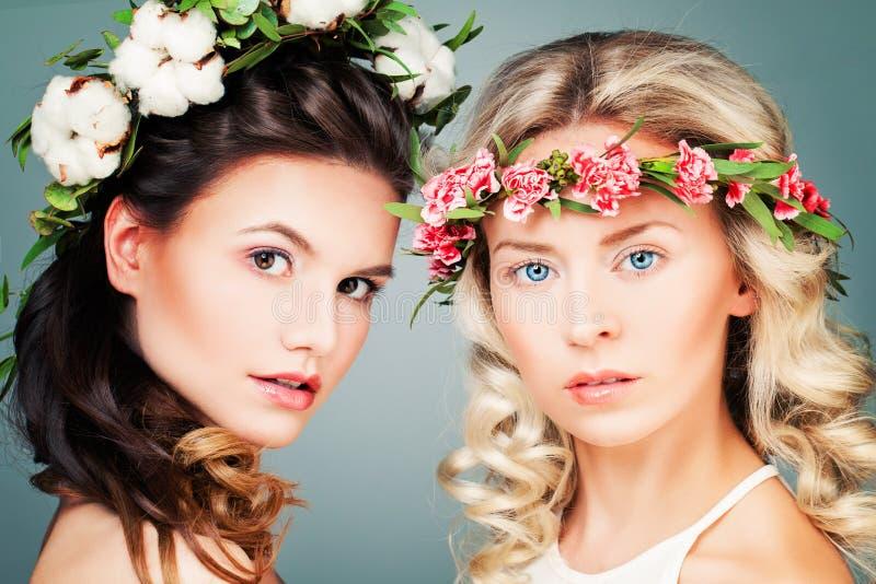 Mooie Vrouwen met het Kapsel, de Make-up en de Bloemen van Permed royalty-vrije stock afbeelding