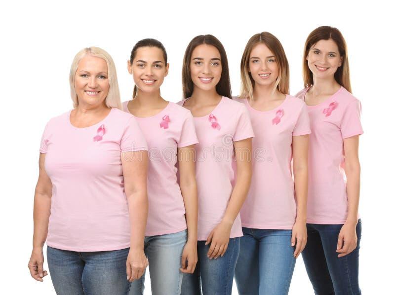 Mooie vrouwen van verschillende leeftijden met roze linten op witte achtergrond Kankerconcept van de borst Schaar die roze busteh royalty-vrije stock foto