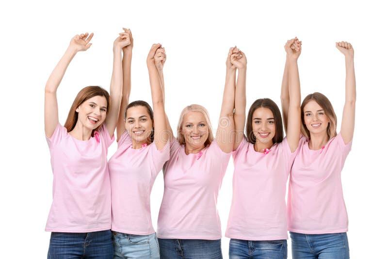 Mooie vrouwen van verschillende leeftijden met roze linten op witte achtergrond Kankerconcept van de borst Schaar die roze busteh royalty-vrije stock fotografie