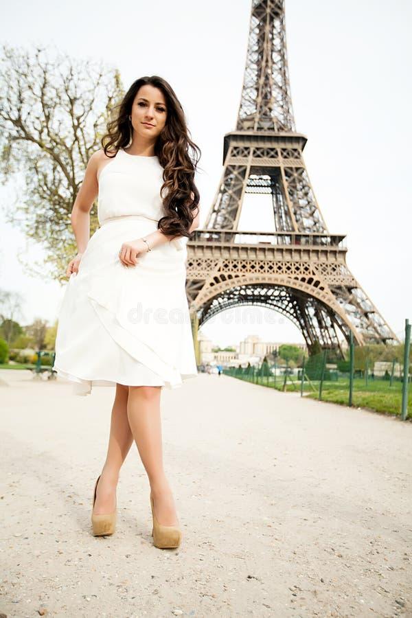 Mooie vrouwenachtergrond de toren van Eiffel in Parijs, Frankrijk royalty-vrije stock afbeeldingen