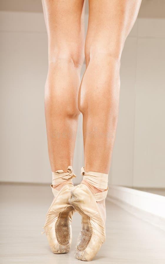 Mooie vrouwenbenen met tiptoe stock afbeeldingen
