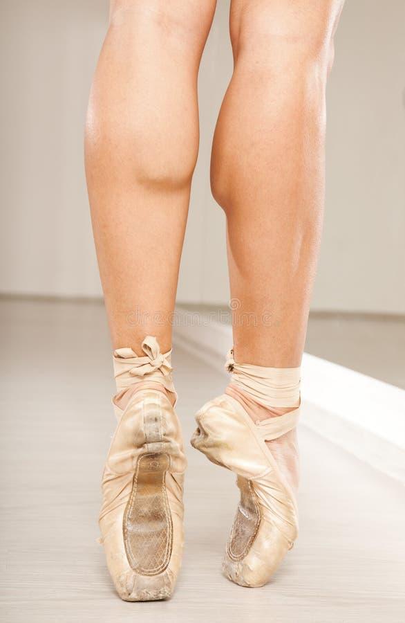Mooie vrouwenbenen met tiptoe royalty-vrije stock afbeelding