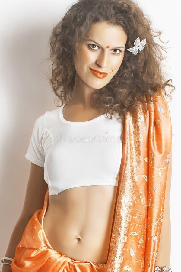 Mooie vrouwenbrunette op Indische manier stock fotografie