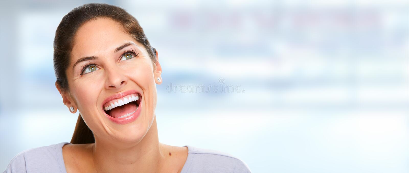 Mooie vrouwenglimlach stock foto's