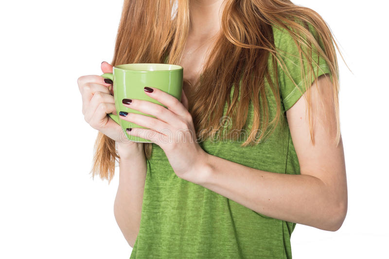 Mooie vrouwenhanden die groene koffiekop houden royalty-vrije stock foto