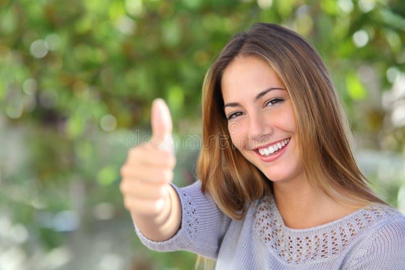 Mooie vrouwenovereenkomst met duim omhoog openlucht royalty-vrije stock foto's
