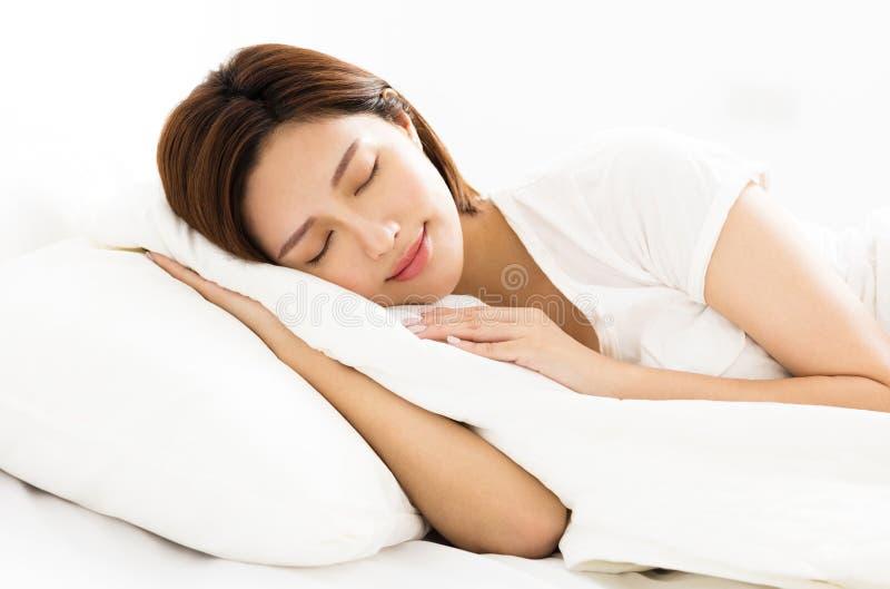Mooie vrouwenslaap in het bed royalty-vrije stock afbeeldingen