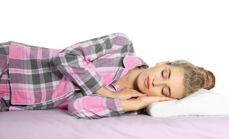 Mooie vrouwenslaap met orthopedisch hoofdkussen op bed royalty-vrije stock afbeelding