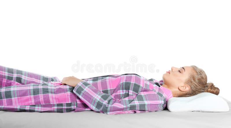Mooie vrouwenslaap met orthopedisch hoofdkussen op bed royalty-vrije stock fotografie
