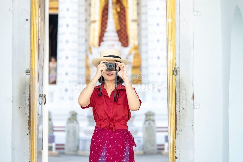 Mooie vrouwentoerist Gehouden camera om het geheugen te vangen Wat Arun-tempel in Thailand het gebruiken als achtergrondreisconce stock afbeeldingen