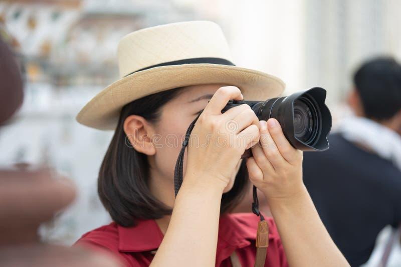 Mooie vrouwentoerist Gehouden camera om het geheugen te vangen Wat Arun-tempel in Thailand het gebruiken als achtergrondreisconce royalty-vrije stock fotografie
