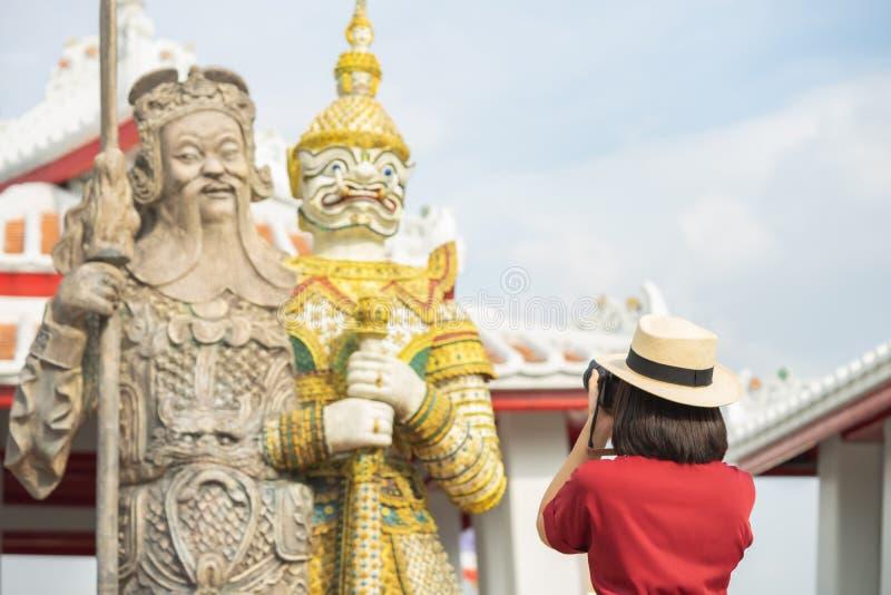 Mooie vrouwentoerist Gehouden camera om het geheugen te vangen Wat Arun-tempel in Thailand het gebruiken als achtergrondreisconce royalty-vrije stock afbeelding