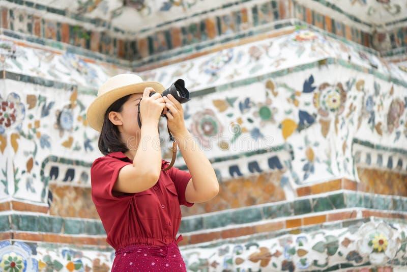 Mooie vrouwentoerist Gehouden camera om het geheugen te vangen Wat Arun-tempel in Thailand het gebruiken als achtergrondreisconce royalty-vrije stock foto's